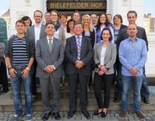 Die Kooperationspartner BAP und DAA eröffnen den ersten Online-Lehrgang zum/zur Personaldienstleistungsfachwirt/-in: Wilhelm Oberste-Beulmann, BAP-Vizepräsident (erste Reihe 3. v. li.), Katja Oehl-Wernz, Leiterin Aufstiegsfortbildungen bei der DAA Ostwestfalen-Lippe (hinterste Reihe, 2. v. li.), Mirco Melega, Fachdozent (1. Reihe 2. v. li.).